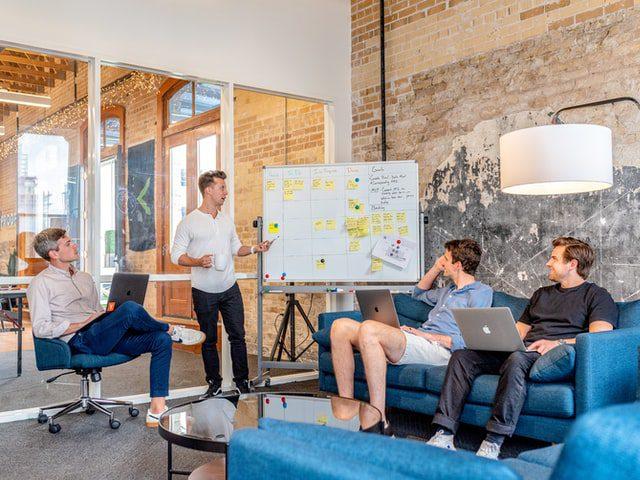Sekelompok pria sedang Belajar Digital Marketing