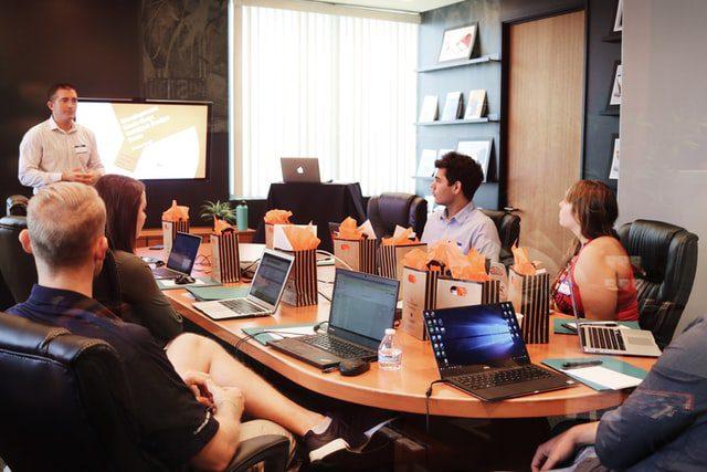 tim sedang mendiskusikan Strategi Digital Marketing untuk Dealer Showroom