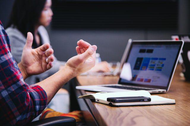 Sekelompok orag mendiskusikan strategi Digital Marketing B2C