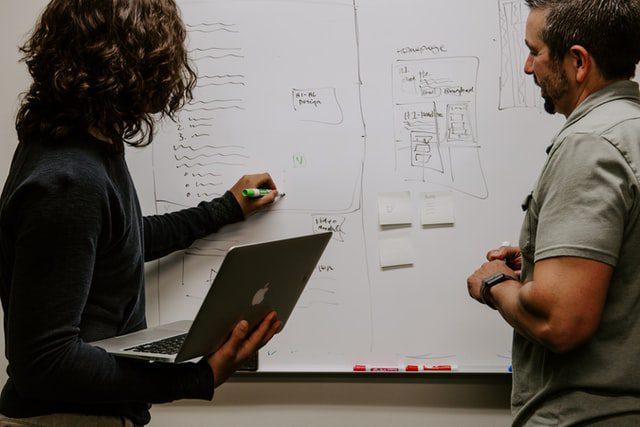 Dua orang mendiskusikan Apa Itu SEO dalam Digital Marketing