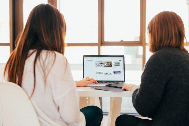 dua orang sedang mendiskusikan SEO Friendly Website Design